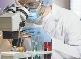лікар у лабораторії