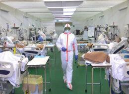лікар у ковідному відділенні