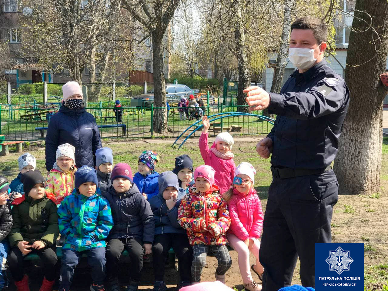 патрульний спілкується з дітьми