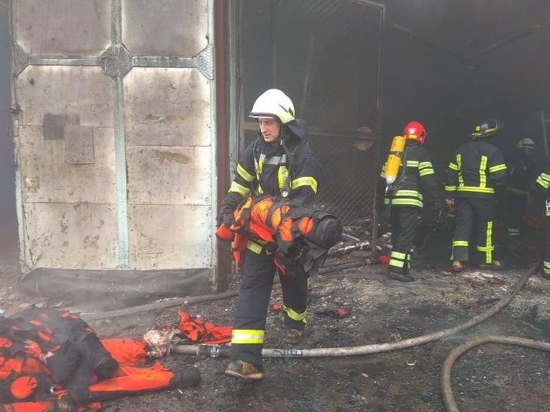 пожежники очищують будівлю