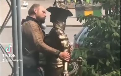 Нерозділене кохання: черкасець, який заліз на кран, зацілував у центрі міста Проню Прокопівну (Відео)