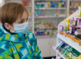 дитина купує ліки