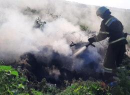 рятувальник тушить пожежу