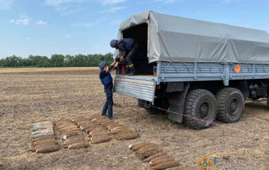 Серед поля на Черкащині знайшли арсенал боєприпасів (Фото)