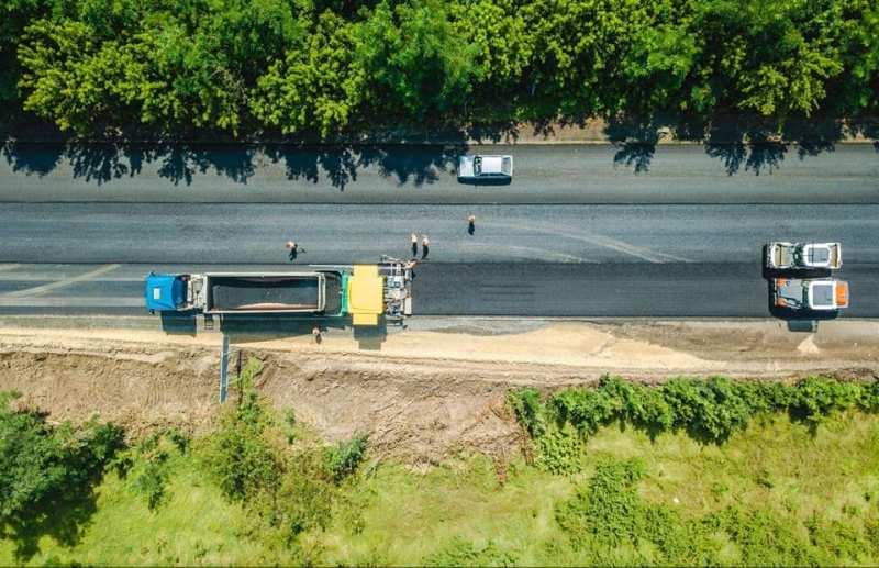 дорожники ремонтують дорогу