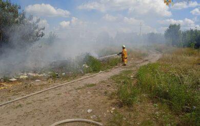 рятувальник гасить пожежу