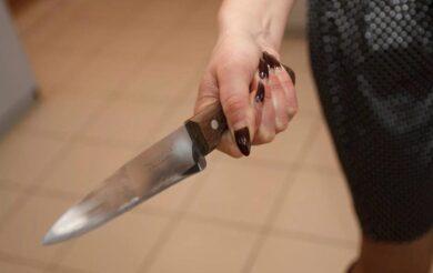 жінка ніж