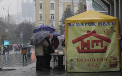 Солодкий тиждень у Черкасах: у місті запрацювала ярмарка меду (ВІДЕО)