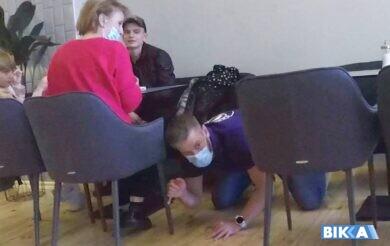 У черкаському кафе охоронець падав у ноги відвідувачам